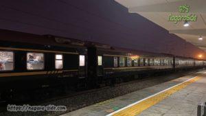 滕州駅に停車するウルムチ行きの列車