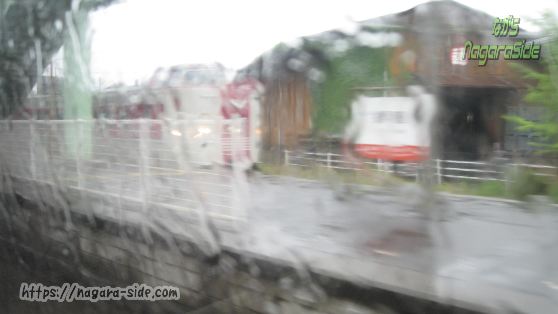 根雨駅で行違いする「やくも」