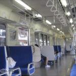 辰巳駅に停車するE127系車内