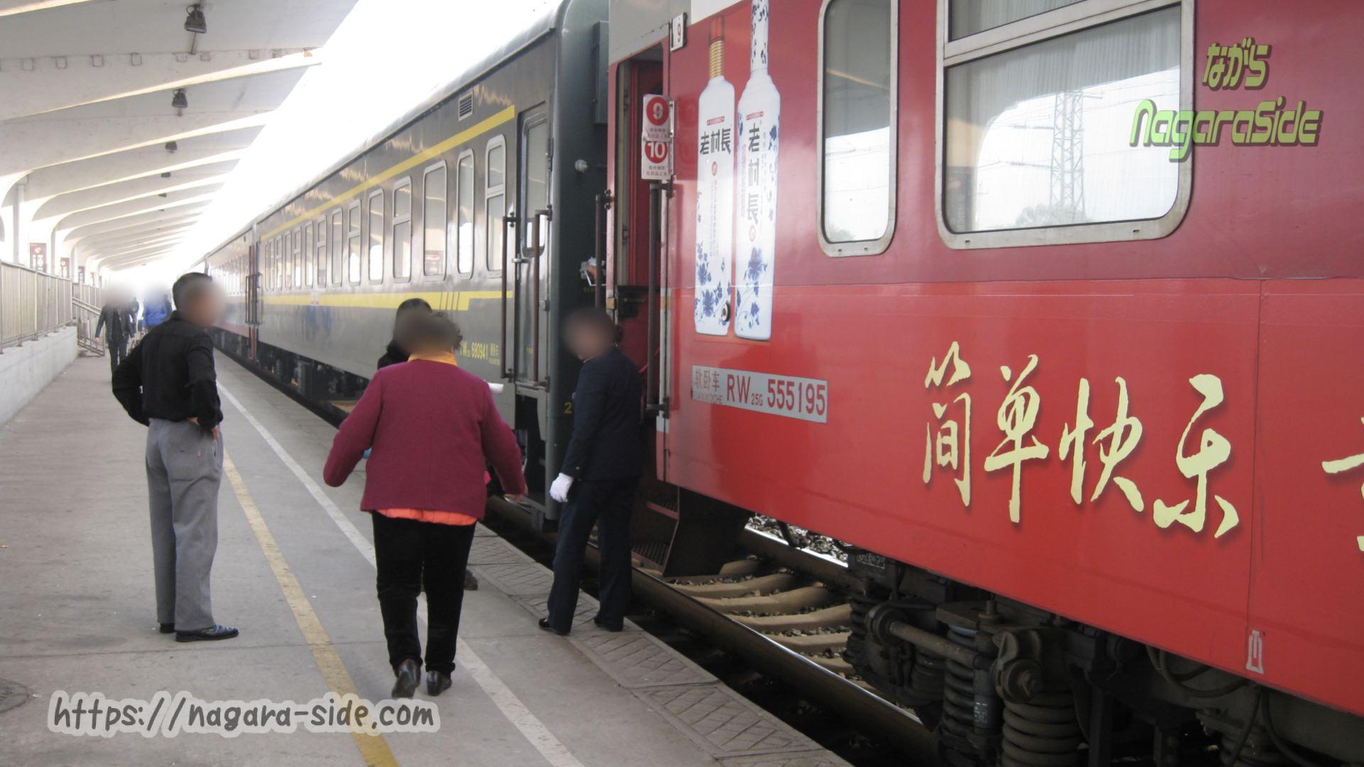 底床ホームに停車する客車列車