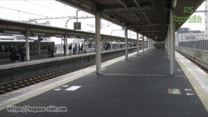 人が偏る加古川駅ホーム