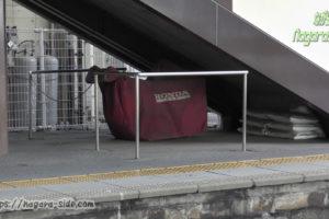 垂井駅跨線橋下に置かれた除雪機