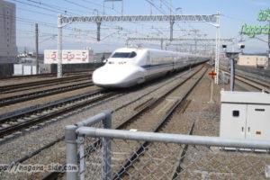 岐阜羽島駅を通過する700系新幹線