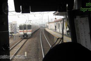 穂積駅で回送列車を追い抜く