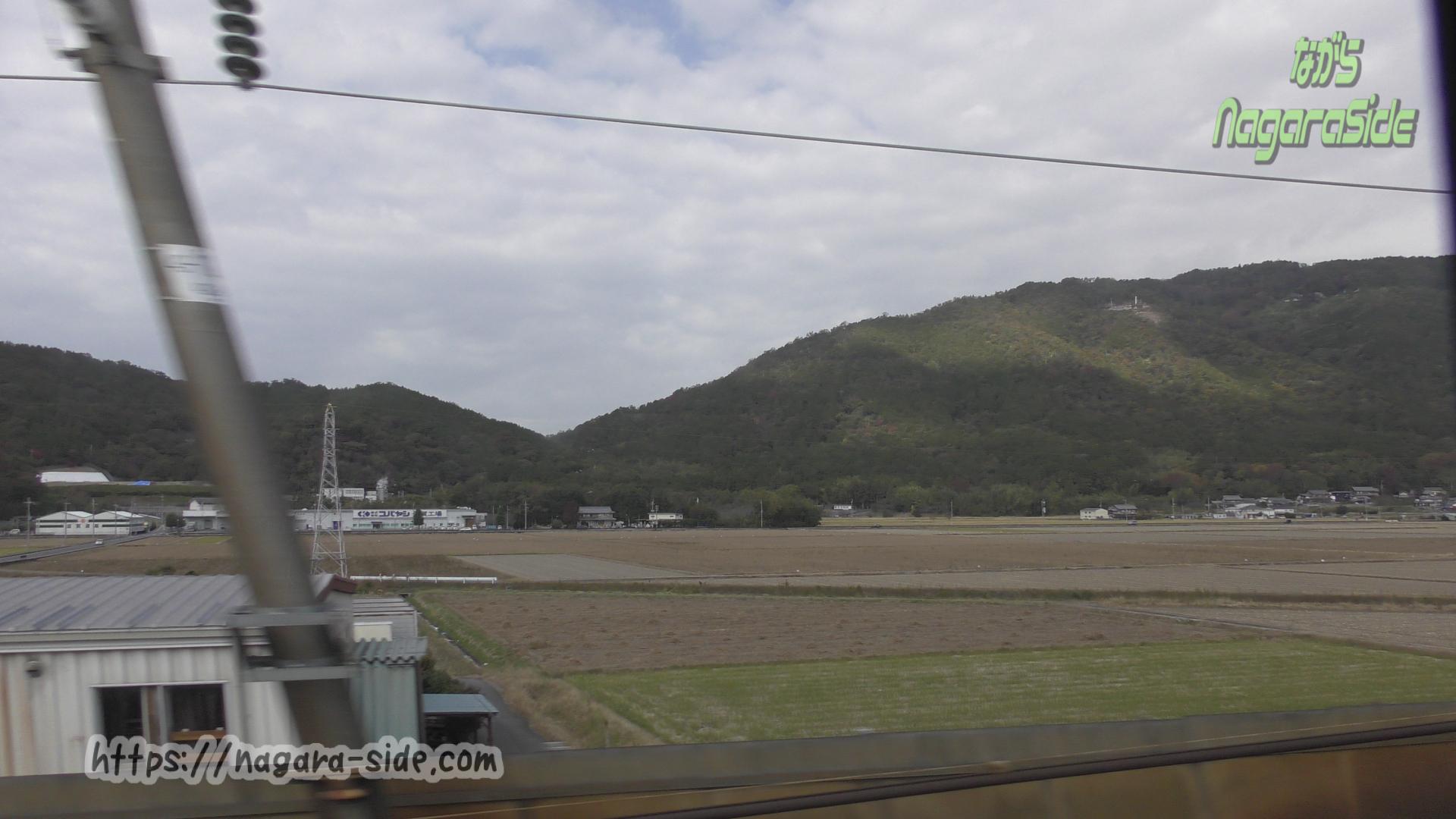 東海道新幹線から観音寺城を望む