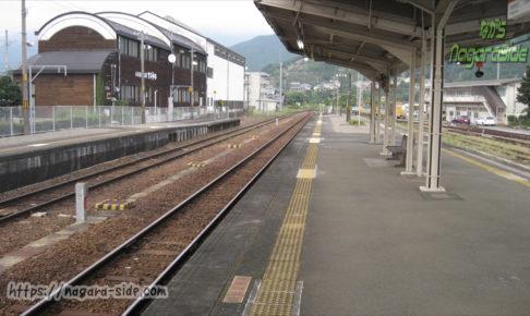 紀伊長島駅から荷坂峠を望む