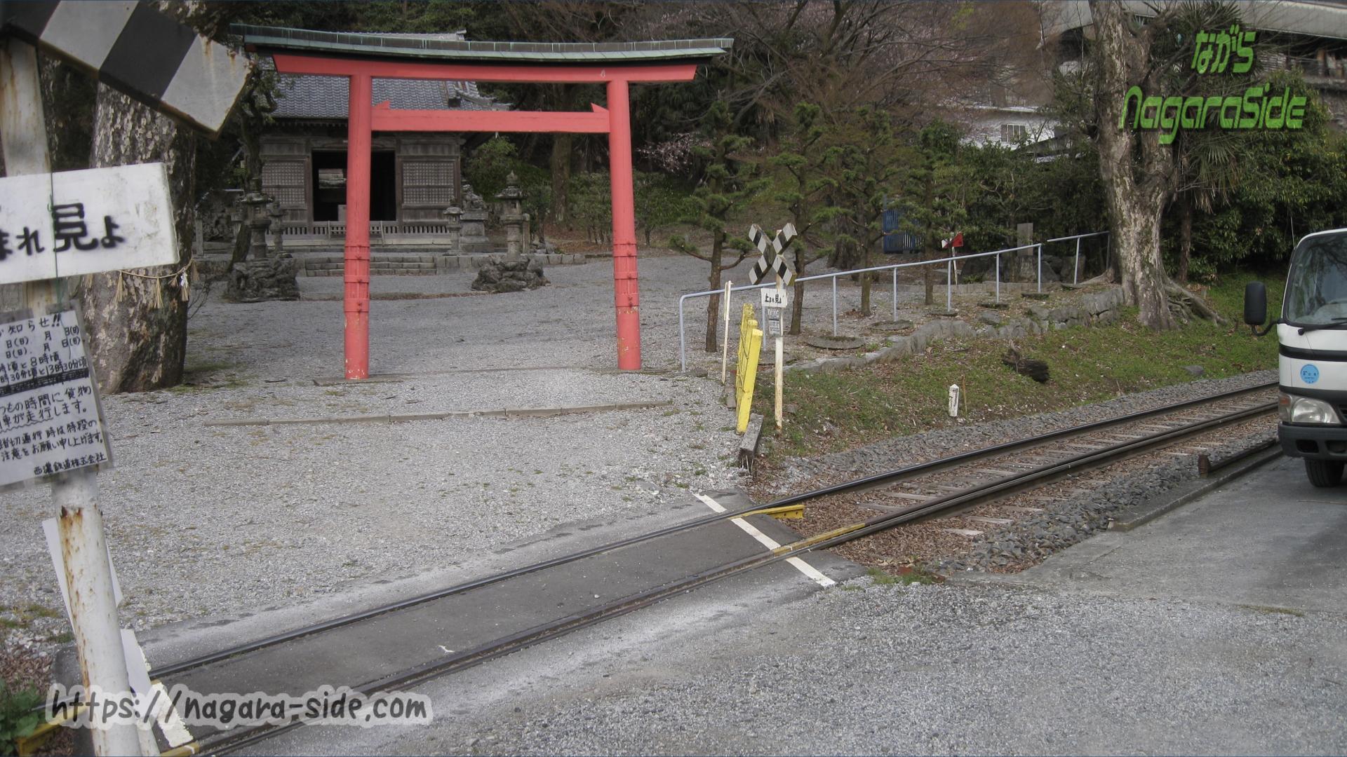 石引神社の参道を通る西濃鉄道線