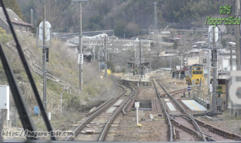 高山線小坂駅に入線する下り列車