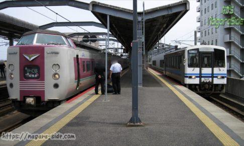 出雲市駅で接続する「やくも」と浜田行きキハ120形