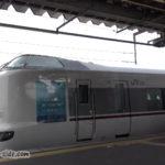 綾部駅で舞鶴線快速と対面接続を図る特急はしだて