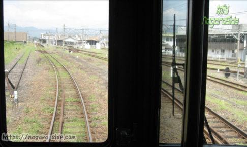 亀山駅を発車する紀勢本線の列車から望む