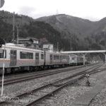 猪谷駅で縦列停車するキハ25とキハ120