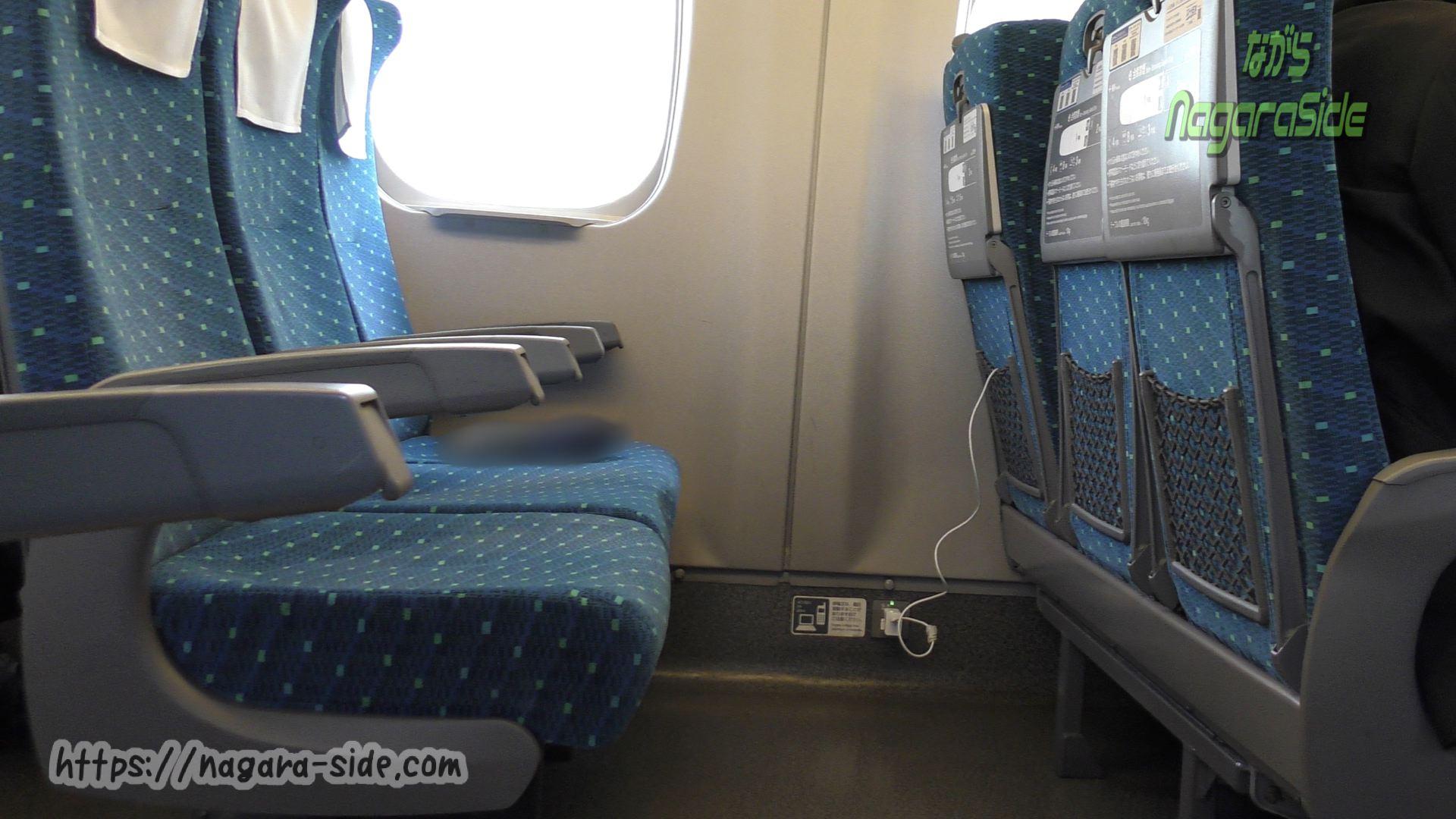 新幹線の座席で充電されたままの携帯電話