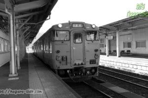 山陰本線浜坂駅に停車するキハ47形気動車