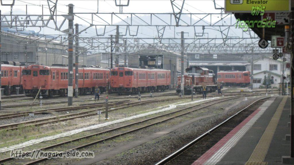 キハ47形が並ぶ米子駅に隣接する運用検修センター