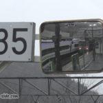 南小谷駅のホームにある35km制限とキハ120、E353系