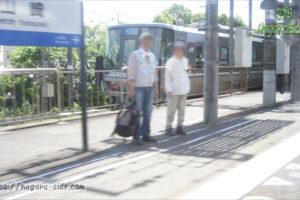 山崎駅で快速を追い抜く新快速