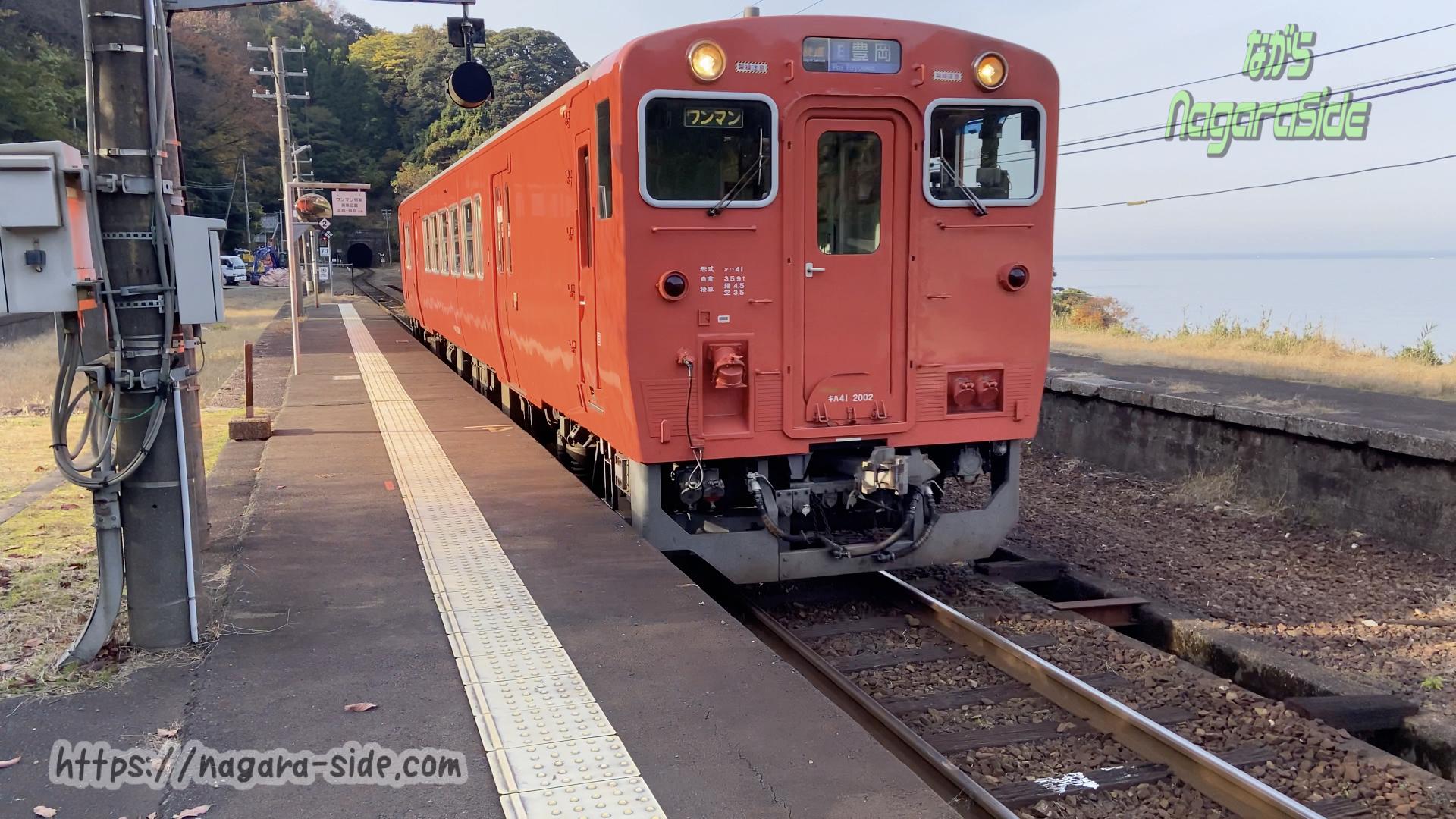鎧駅を通過する快速列車