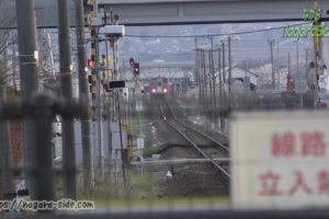 婦中鵜坂駅から見る速星駅とキハ120形