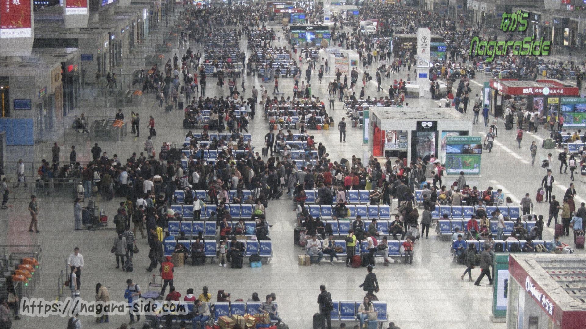 上海虹橋駅で改札に列をなす