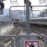 福知山駅に同時入線する「こうのとり」と普通列車