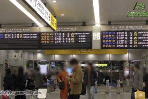 夜の新大阪駅発車標 ひかりはいない…
