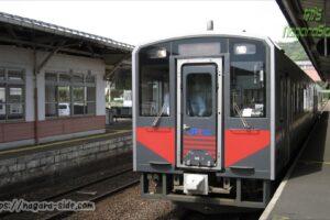 山陰本線大田市駅に停車するキハ126系0番台