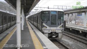 近江塩津駅の北陸下りホームに到着する「湖西線下り」の新快速