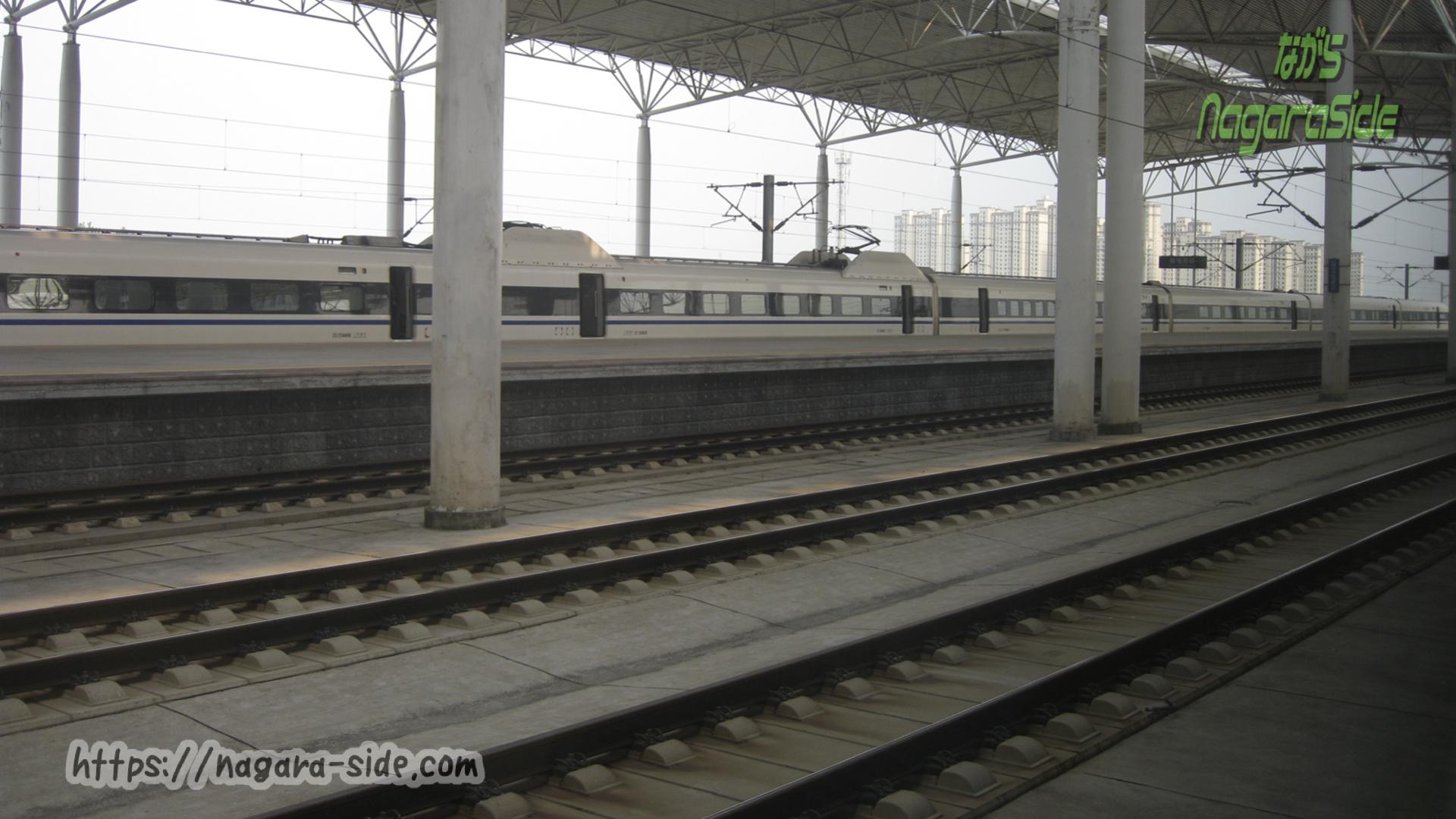 中国高速鉄道のホームと通過線。