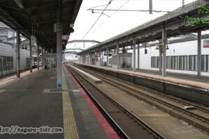 出雲市駅の長いホームに停まるキハ120形