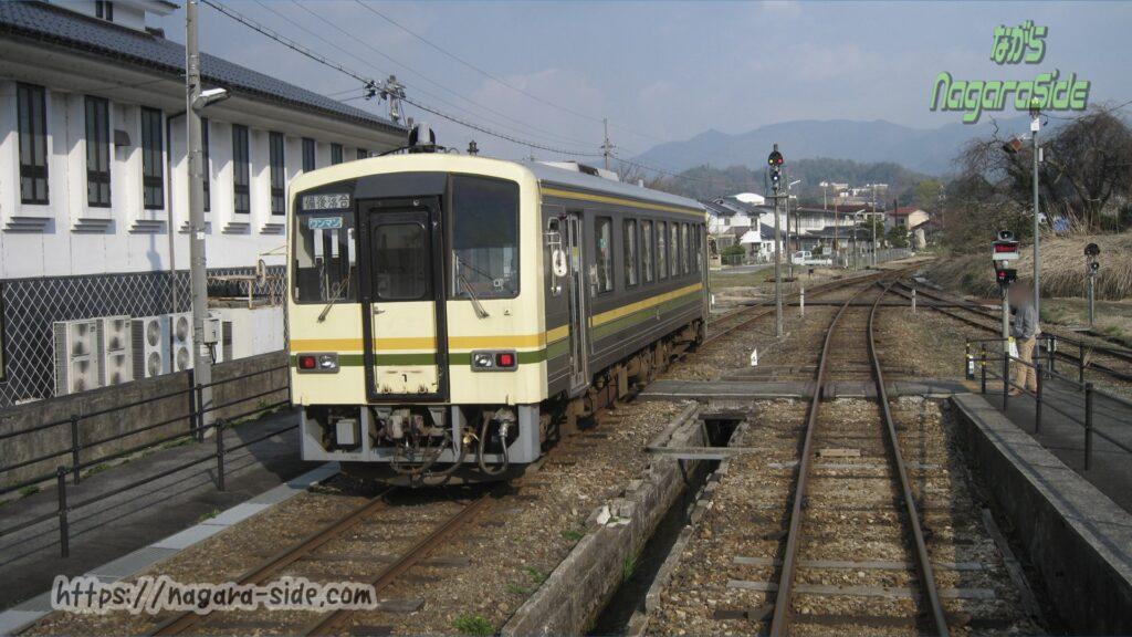 出雲横田駅を出発し備後落合へ向かうキハ120形気動車