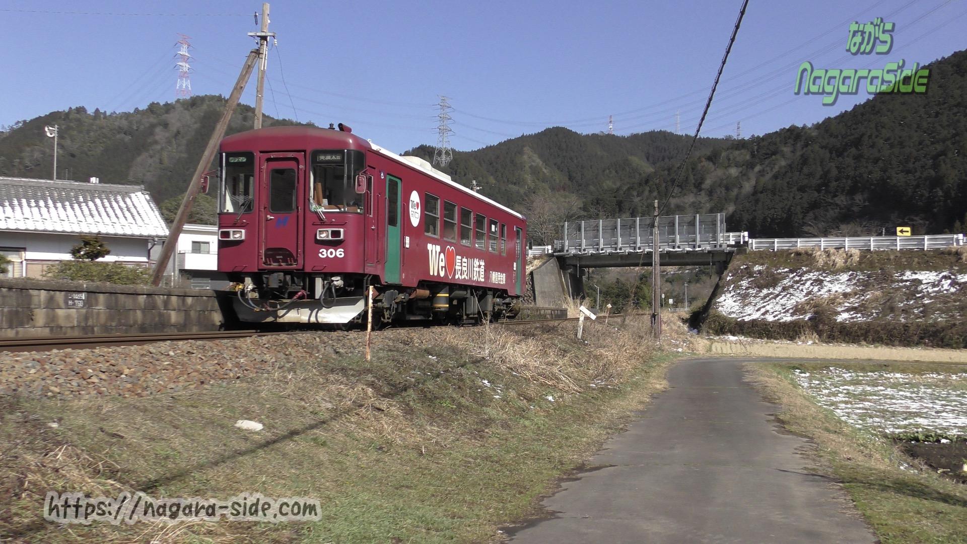 八坂駅に停車するナガラ306