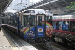 高松駅に停車するキロ185 アンパンマントロッコ