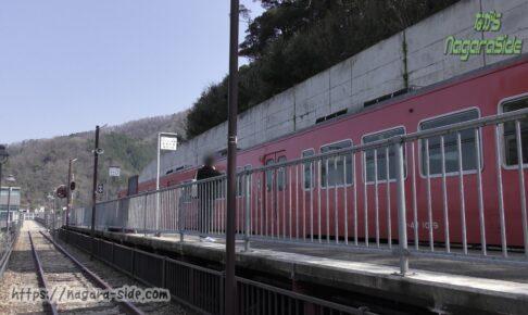 餘部駅に停車するキハ47を旧線跡より望む