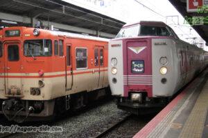 松江駅に停車するやくも381系とキハ47