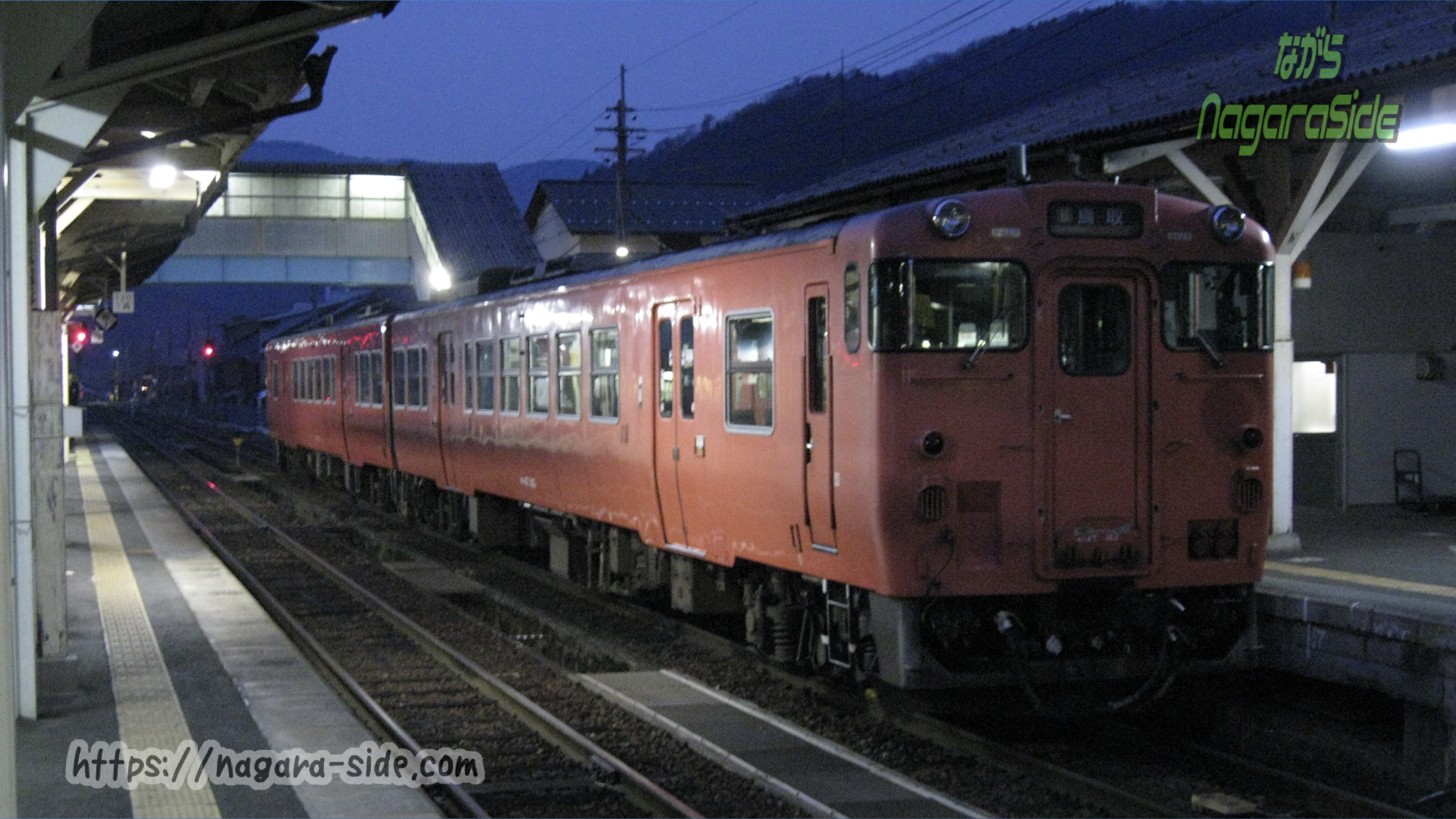 智頭駅で留置線へと向かうキハ47
