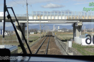 高山本線の直線区間 前方のビル下が岐阜駅