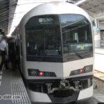 高松駅で発車を待つ快速マリンライナー