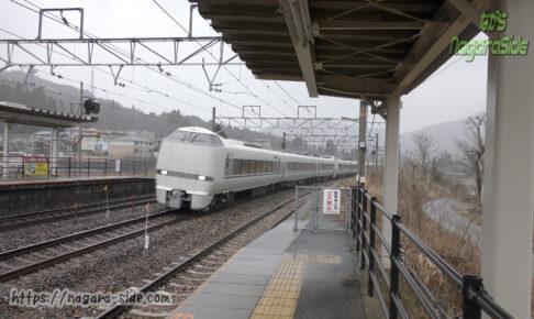 新疋田駅を通過する「しらさぎ」