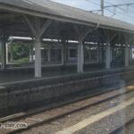長いホームと屋根が残る亀山駅