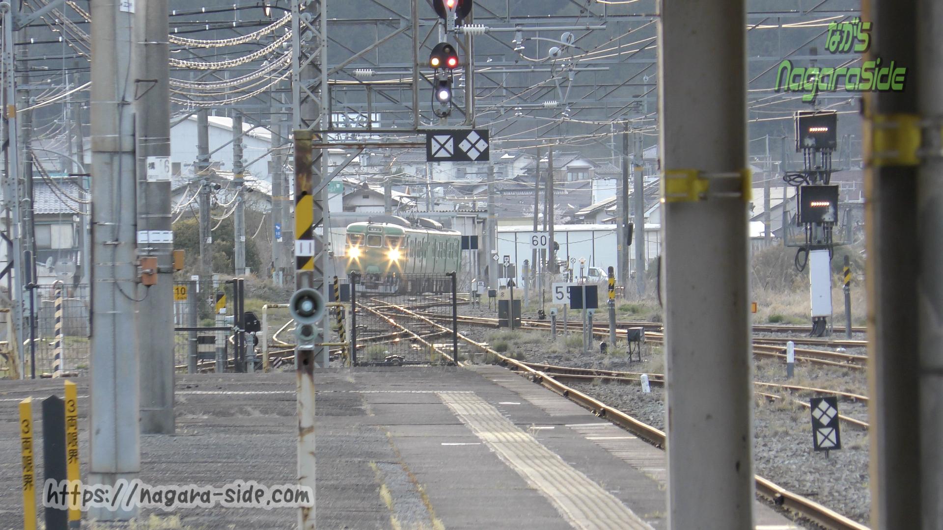 和田山駅に入線する山陰本線の113系