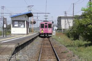 松江イングリッシュガーデン前駅を出発する一畑電車