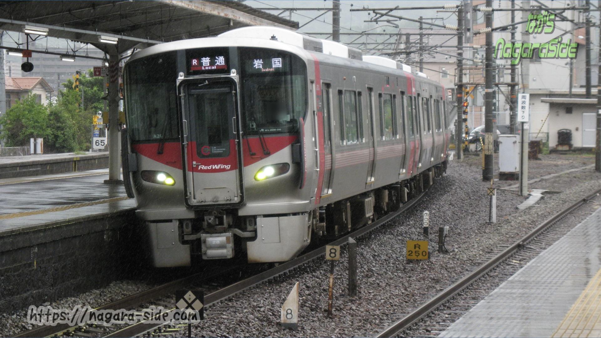 海田市駅に入線する山陽本線の227系