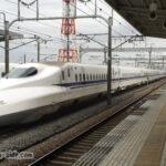 岐阜羽島駅を通過するN700新幹線下り列車