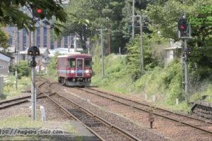 関駅に入線するナガラ501形