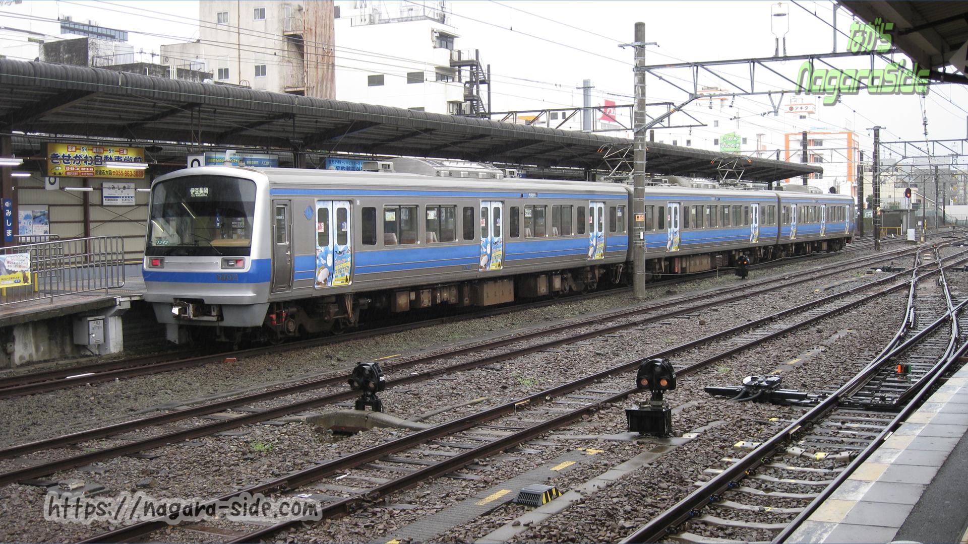 三島駅で待機する駿豆線の列車