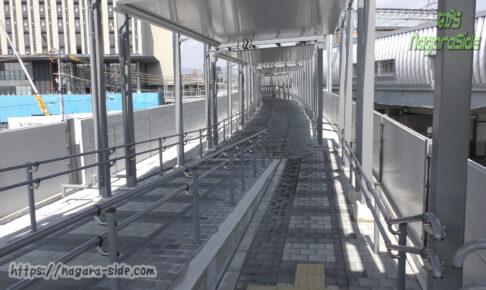 梅小路京都西駅西側にある廃線跡の歩道橋