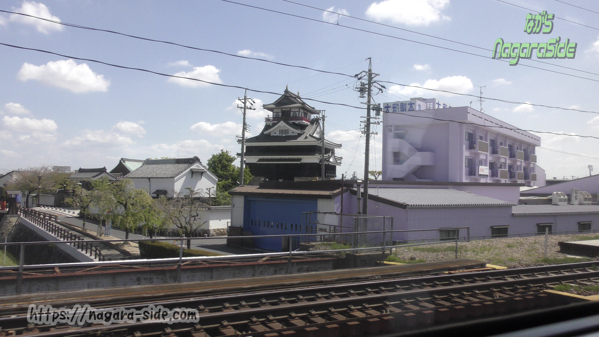 東海道線上り列車から望む清州城模造天守