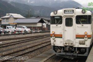 高山線猪谷駅で出発を待つキハ48形