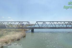 長良川を渡る関西本線と近鉄名古屋線
